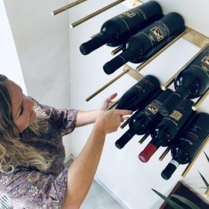 Vinranken bestående af massive kobber- eller messingstænger på dertilhørende holder, skiller sig i sin elegance ud fra mængden. Den er smuk og dekorativ i sig selv og har et enkelt og tidsløst design. Kontakt os gerne, hvis du ønsker vejledning til, hvordan Vinranken kan hænge.