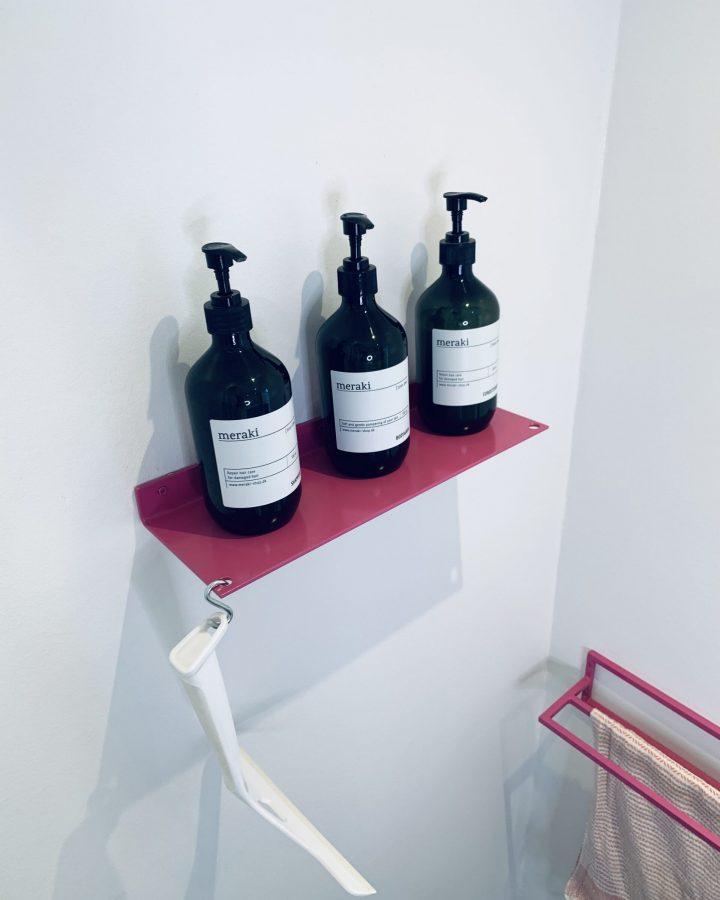 Hylde til badeværelset.Hylden er fremstillet i rustfri stål og pulverlakeret. I hylden er der 2 huller, som du kan bruge til at hænge en krog i, så du kan have din klud eller svaber hængende.