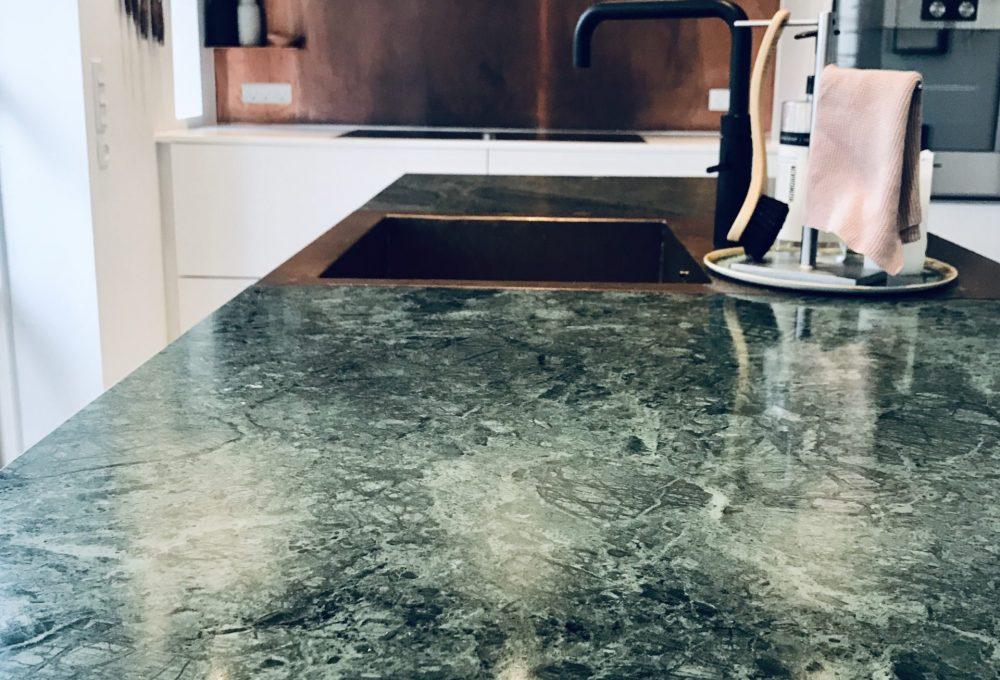 Marmor bordplade til køkkenet og kobbervask