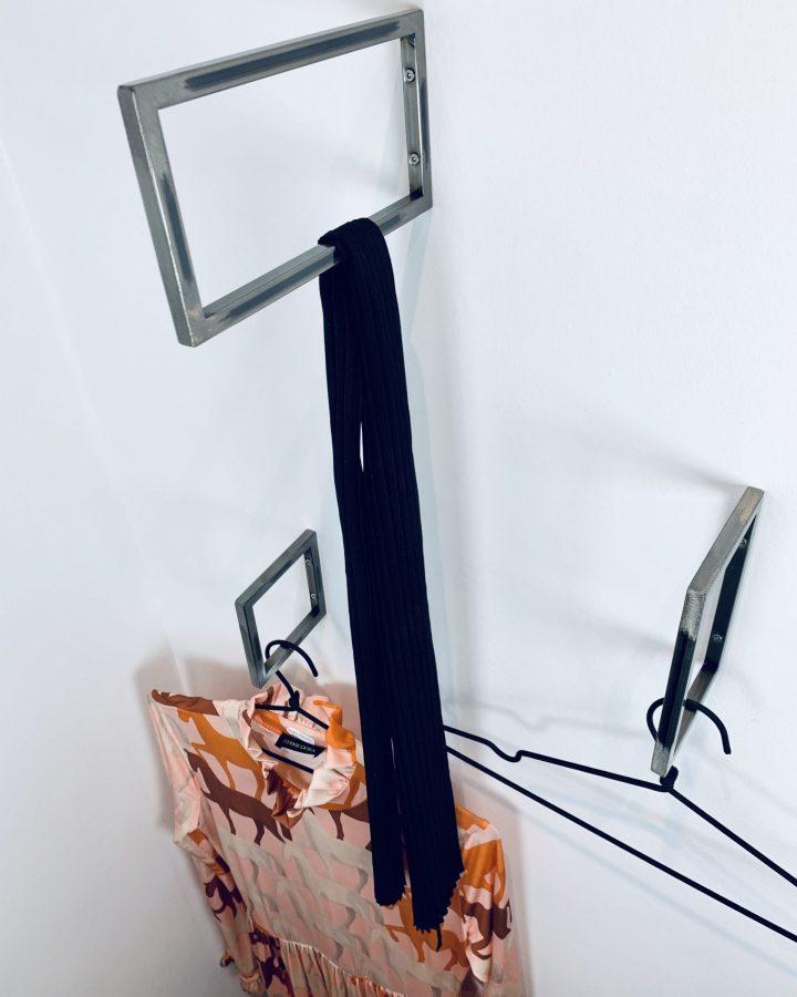 Knagen i rå stål, sort eller messing
